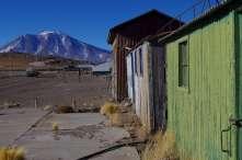 La gare d'Ascotan, à 3800m, abandonnée; les trains ne font plus que passer mais les wagons abandonnés font des abris très confortables!